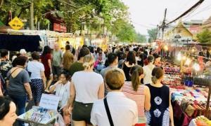 原创 泰国清迈最火的周日夜市,中国游客逛完却纳闷:怎么都像义乌货?