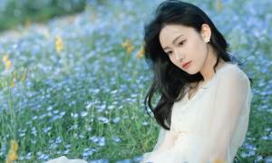 俏丽白裙美女高清桌面壁纸